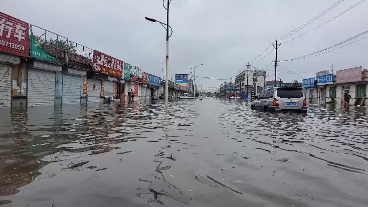 68秒|积水1.4米!聊城高唐多处房屋被淹,消防员徒步涉水救出多名被困老人