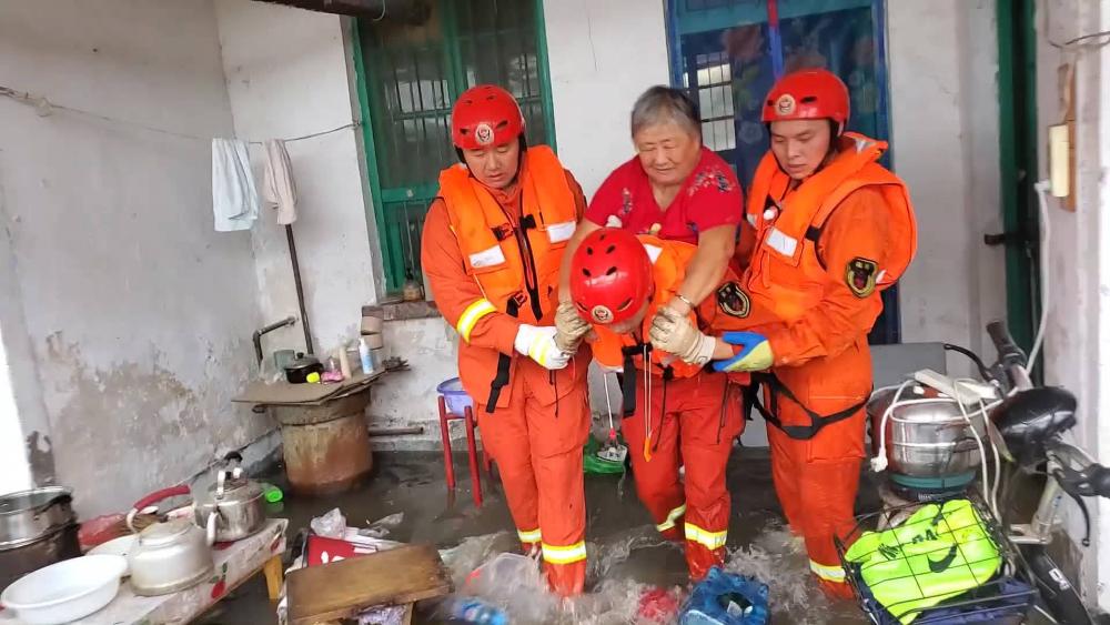 36秒丨聊城突降暴雨房屋被淹 消防徒步涉水营救被困老人