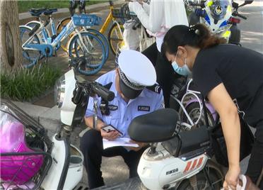 37秒丨服务零距离!潍坊奎文交警设置流动挂牌点为市民电动车挂牌