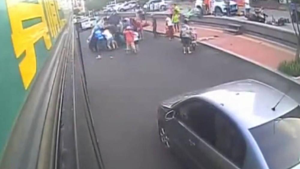 33秒丨男子被困车底 青岛20多名路人30秒抬车救人