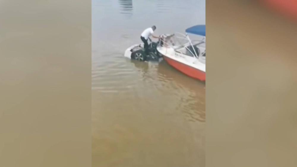 36秒丨临沂一轿车坠河男子驾快艇施救 救人者:谁掉河里咱都救,这太正常了!