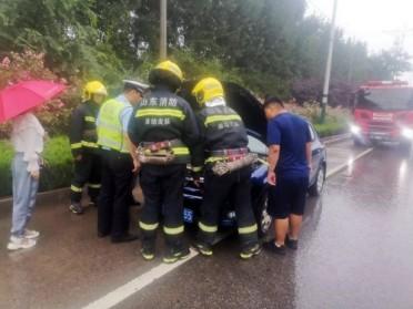 潍坊:小轿车行驶途中自燃 交警消防联手化解险情
