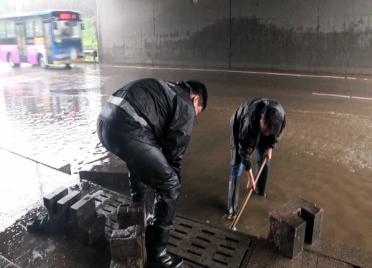 """41秒丨冒雨清理堵塞物、疏通排水口…昌乐多部门联手打响""""积水歼灭战"""""""