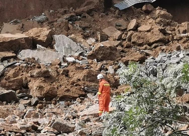26秒丨4人受伤、多车受损 西安明秦王府部分城墙发生坍塌