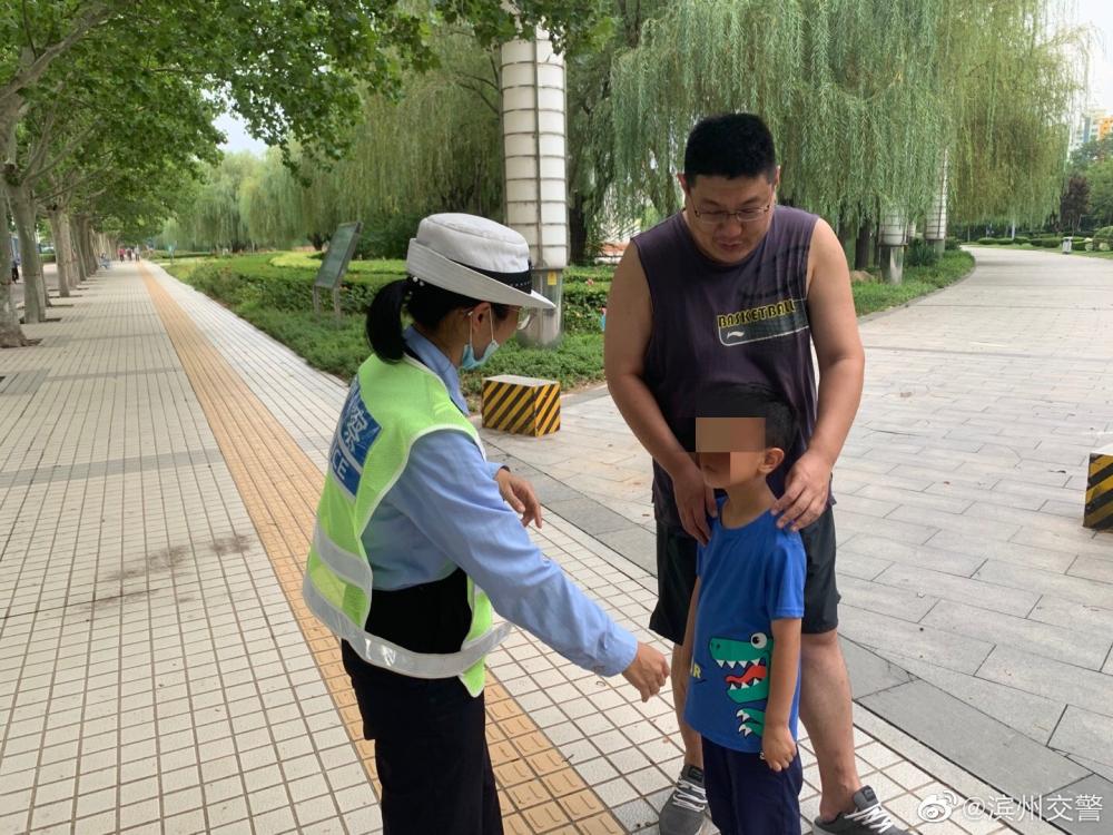 滨州交警执勤遇走失儿童 热心帮助其寻找家人