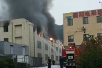 黄岛一汽车装饰布公司凌晨起火又复燃 现已扑灭无伤亡