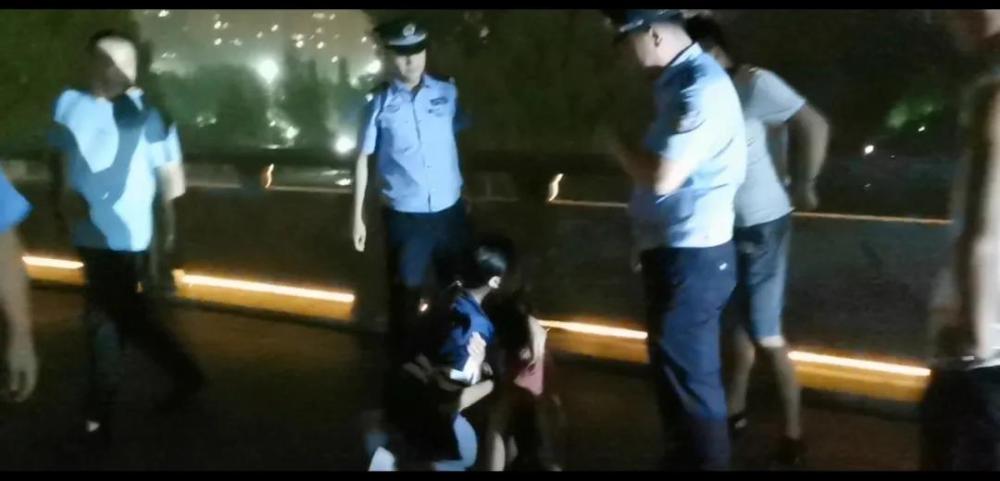 38秒 惊险!枣庄一18岁女子湖边欲轻生民警火速营救