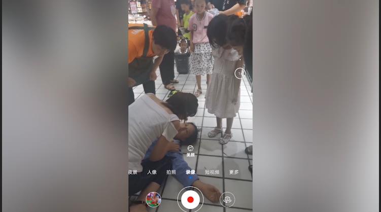 68秒|正能量!超市女员工突然昏迷 汶上护士义无反顾跪地救人