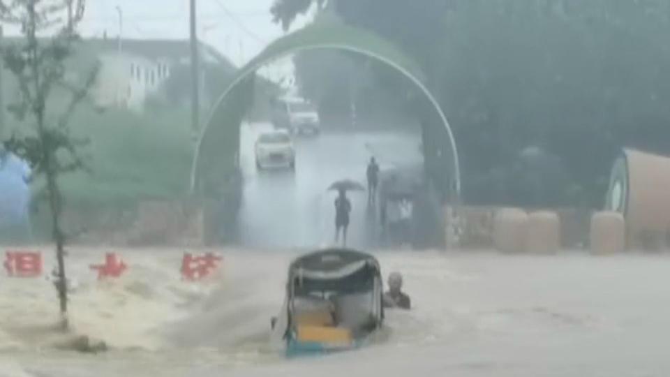 81秒|临沂暴雨致河水暴涨 三轮车司机被冲到河中 消防紧张救援