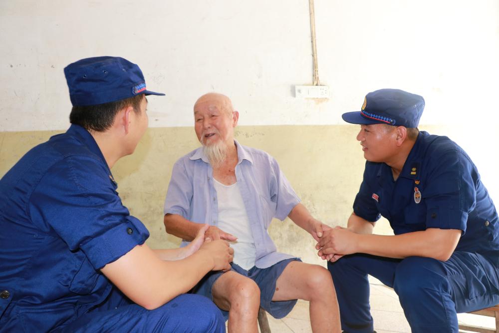 山东援皖消防员即将撤离 一位留守老人却让他们放心不下