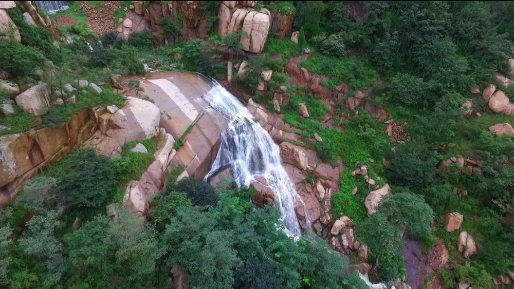 26秒丨美不胜收!邹城连青山雨后出现溪流飞瀑美景