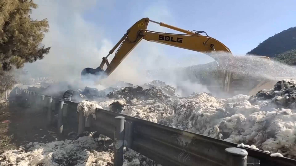 46秒丨货车满载棉花高速突发大火 消防员耗时8小时并征用挖掘机协助灭火