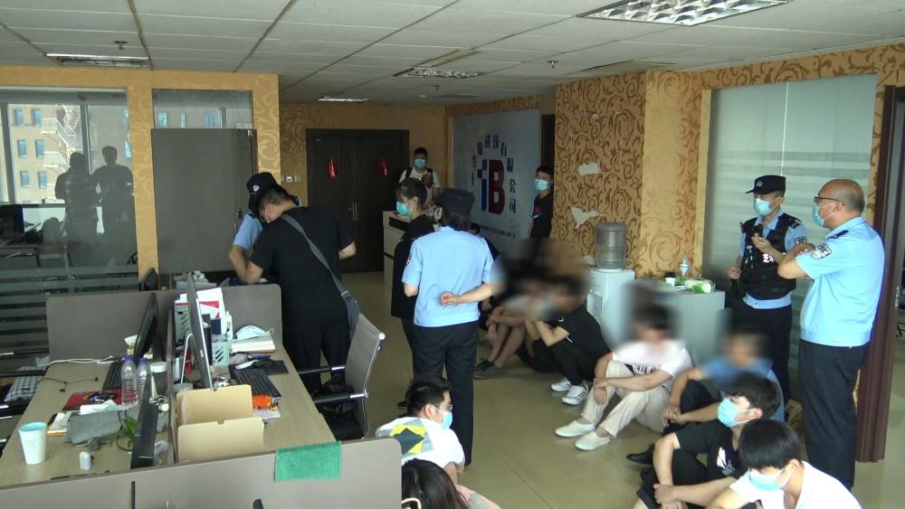 38秒   开整形美容公司发展会员 警方抓获100余名涉嫌传销人员现场曝光