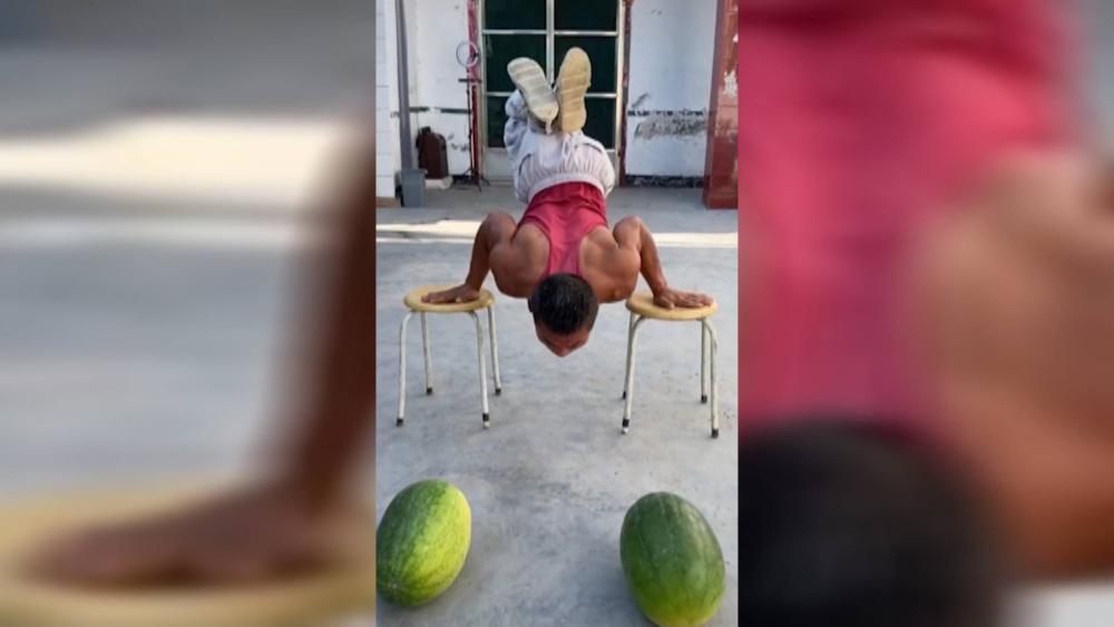 54秒丨身残志坚!济南厨师多年成疾转行演杂技 西瓜板凳三轮车成表演道具