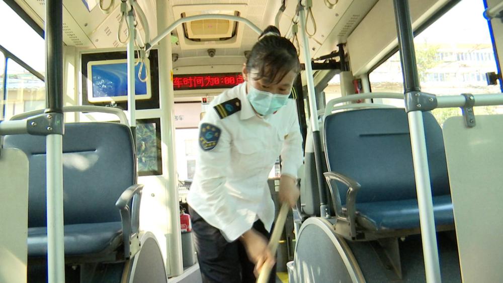 烈日中的坚守 | 济南公交司机:汗水浸湿衣服却不敢喝水