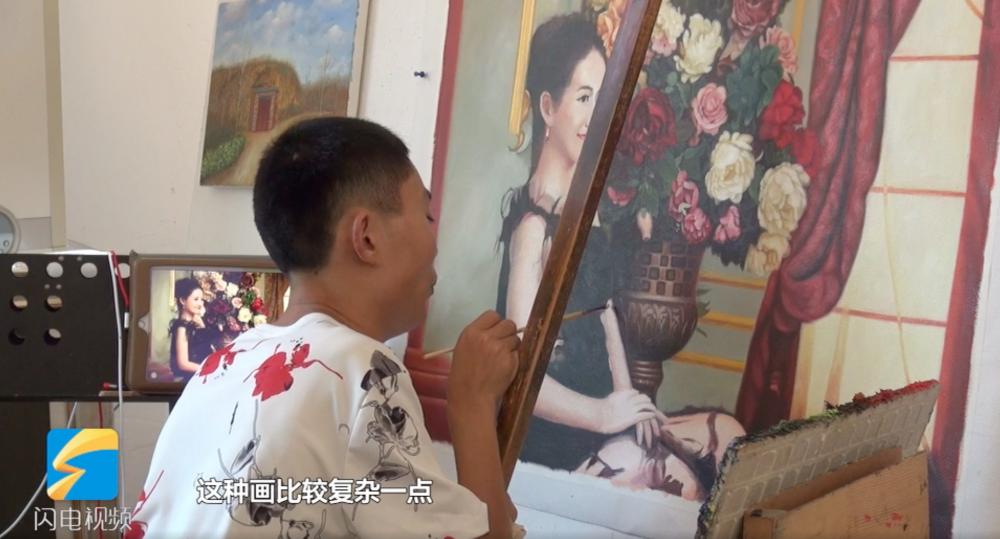 """济南小山村里的""""向日葵"""":脑瘫小伙如何靠画笔收获面包和爱情"""