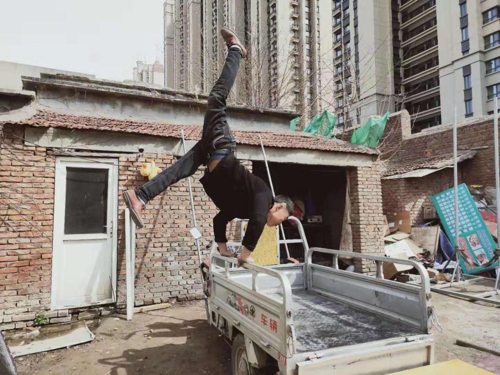 """励志!济南残疾厨师转行练""""杂技""""直播 3年吸粉上百万"""