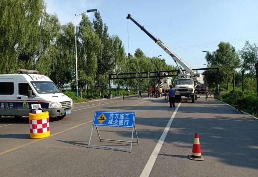 金乡这条路安装了限高设施 过往司机注意