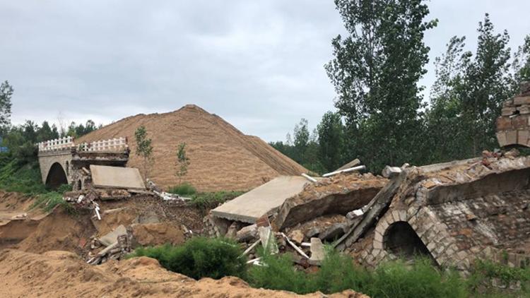 泰安宁阳一大桥坍塌  河道管理局:降雨造成  村民:和采砂有关