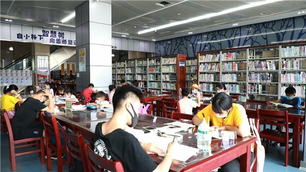 """51秒丨东营掀起暑假""""读书热"""" 图书馆成为热门""""打卡地"""""""