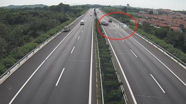 21秒丨惊险!威青高速上一车直接怼上了前车,未保持安全车距负全责