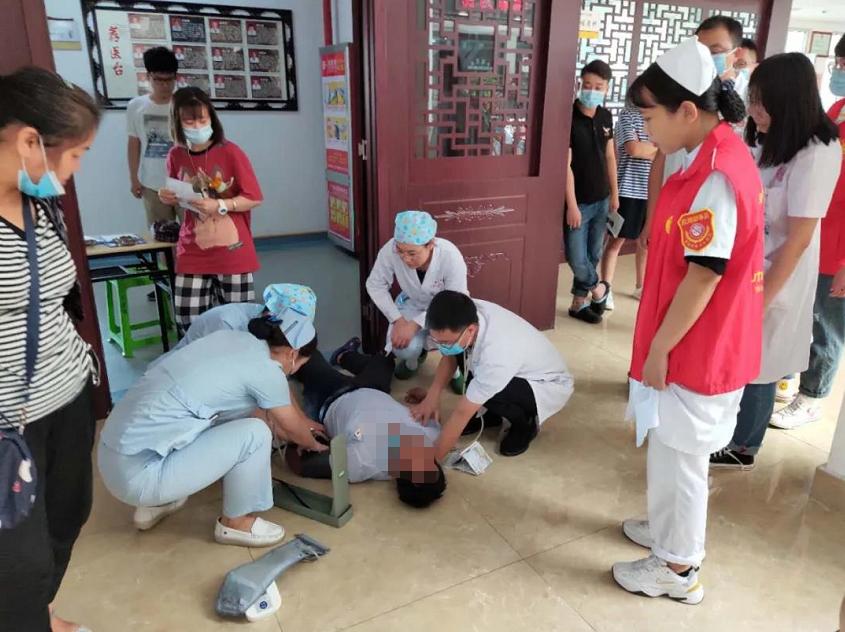 42秒丨暖心!就诊患者突然晕倒 邹城医护人员紧急救治