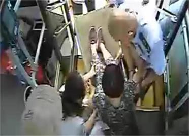 31秒丨乘客突發心肌梗塞,威海公交司機將車開進了醫院