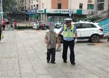 21秒丨九旬老人外出迷路,威海暖心交警護送回家