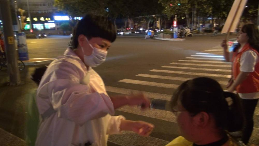 一口价6块!单身妈妈街头摆摊理发为白血病女儿筹集医药费