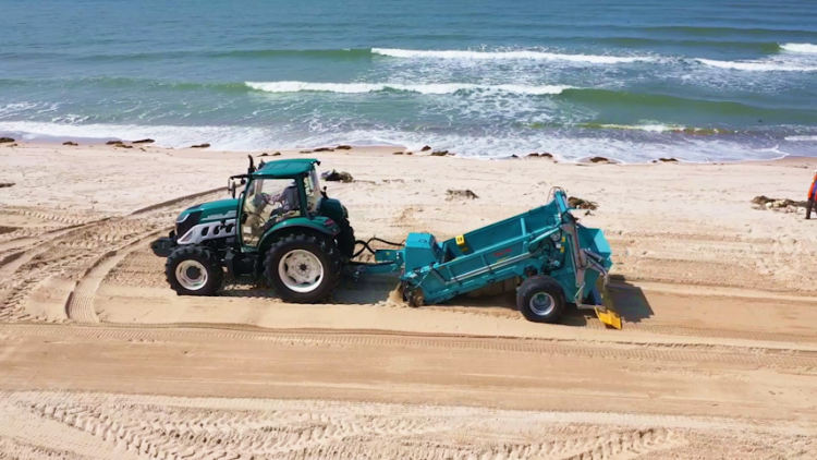 """29秒丨""""一车""""可抵60名环卫工人!荣成首台大型沙滩清理车服务好运角最美岸线"""