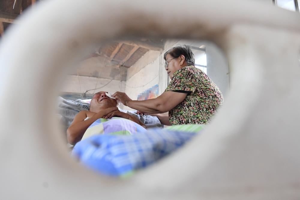 影像力|爱的供养!济南75岁母亲街头卖多肉,照顾高位截瘫儿子13载