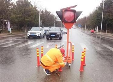 完善交通设施建设,乳山交警重新施划城区路段交通标志标线