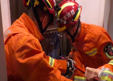 一岁儿童被反锁家中 威海消防破拆排风口解困