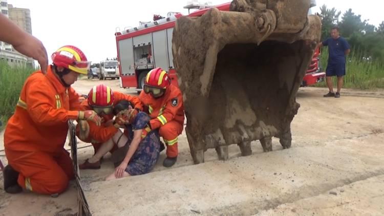 35秒丨女子大腿被卡石缝,威海消防调动挖掘机合力救援
