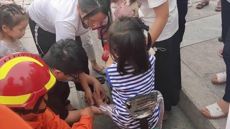 53秒|聊城一小女孩脚卡电动车哇哇大哭 市民消防热心救援助脱困
