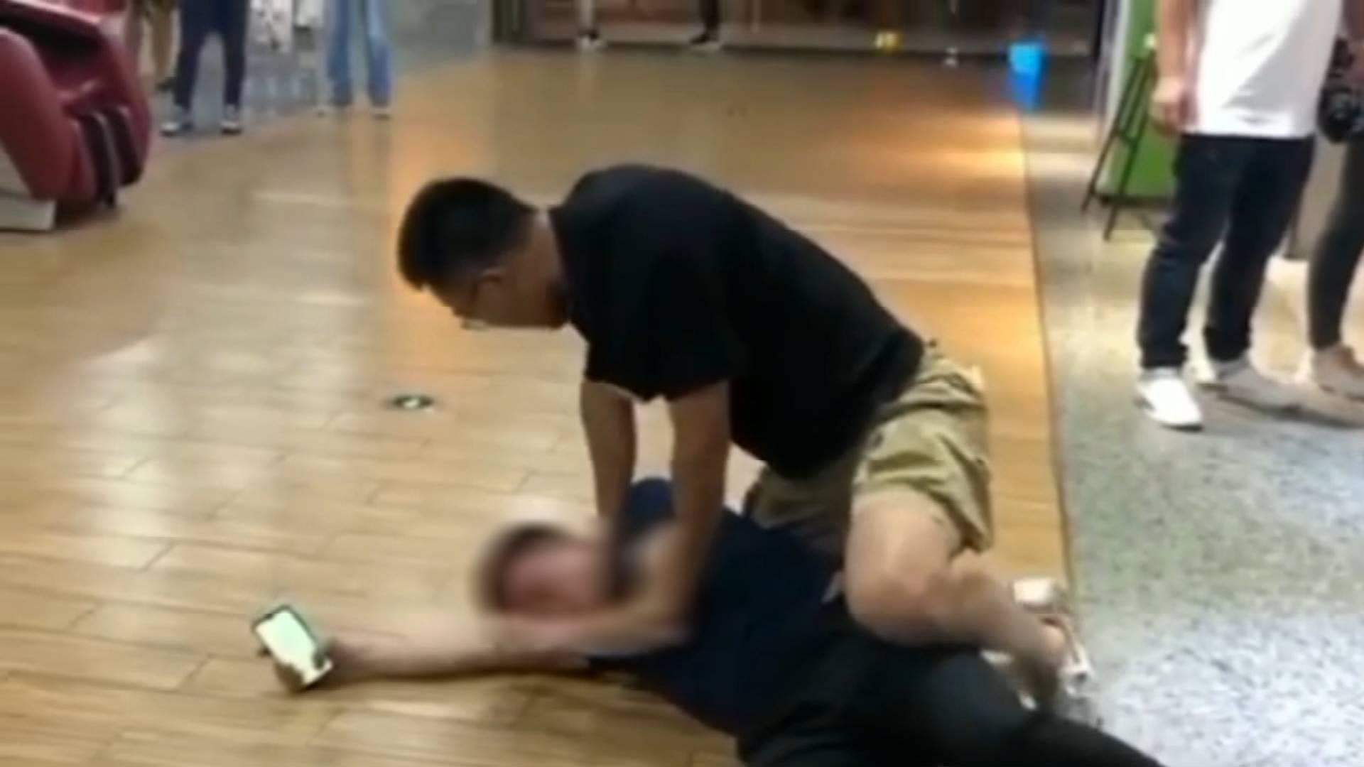 40秒丨太帅了!南京一男子酒后猥亵殴打女学生 交警一个抱摔将其制服