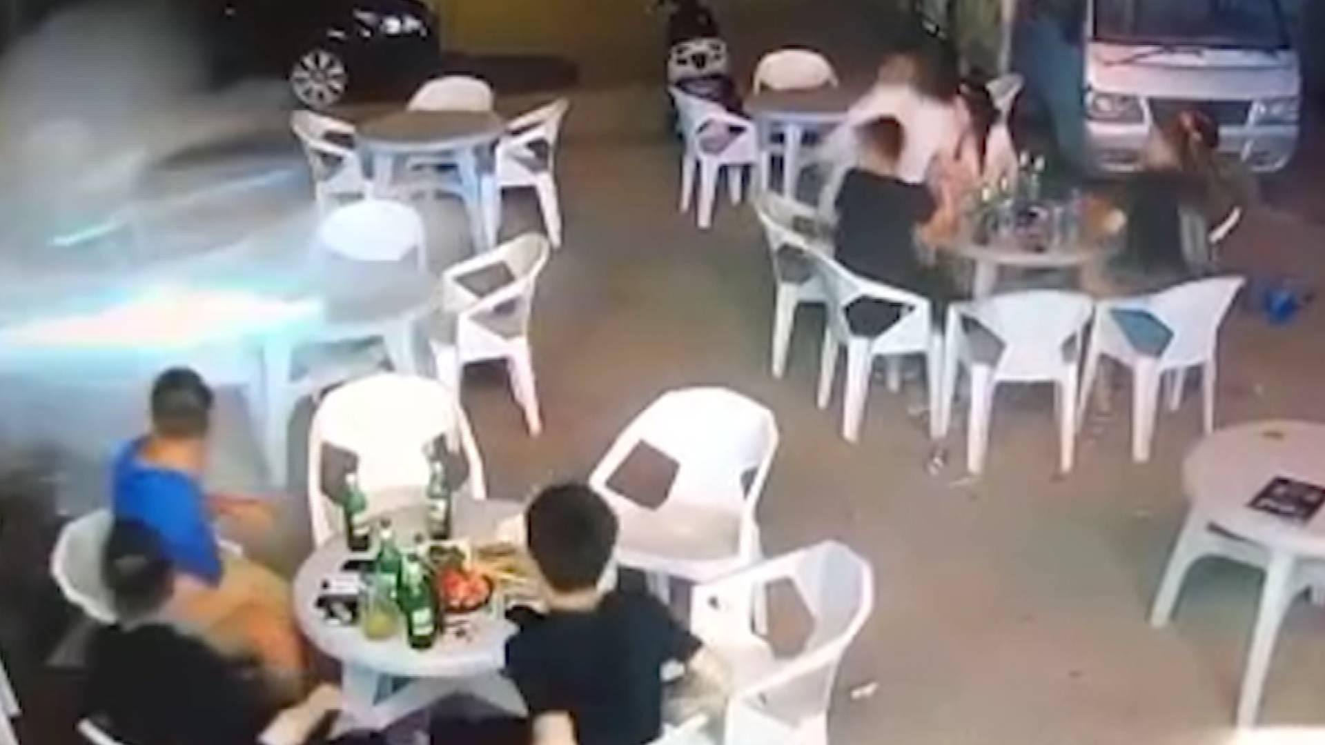25秒丨河北廊坊一小車凌晨沖進夜市 將多名就餐人員撞飛