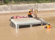 滨州邹平一车辆掉入水渠中 救援人员两小时打捞上岸