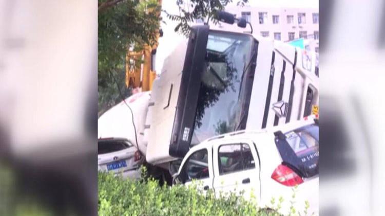 26秒|滨州城区内一辆水泥罐车侧翻砸倒路边小车 事故正在处理中
