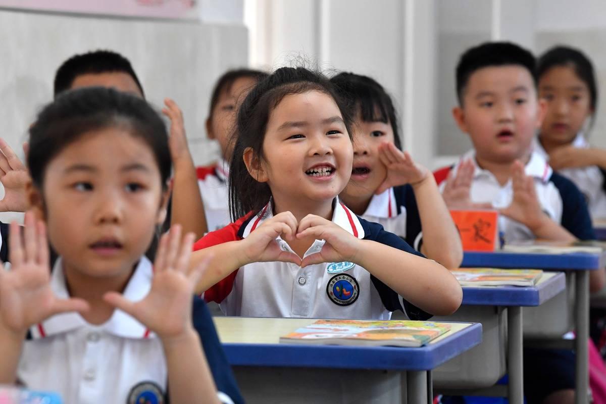 開課啦!弟弟跟著姐姐來上學,二胎同校上學逐年遞增
