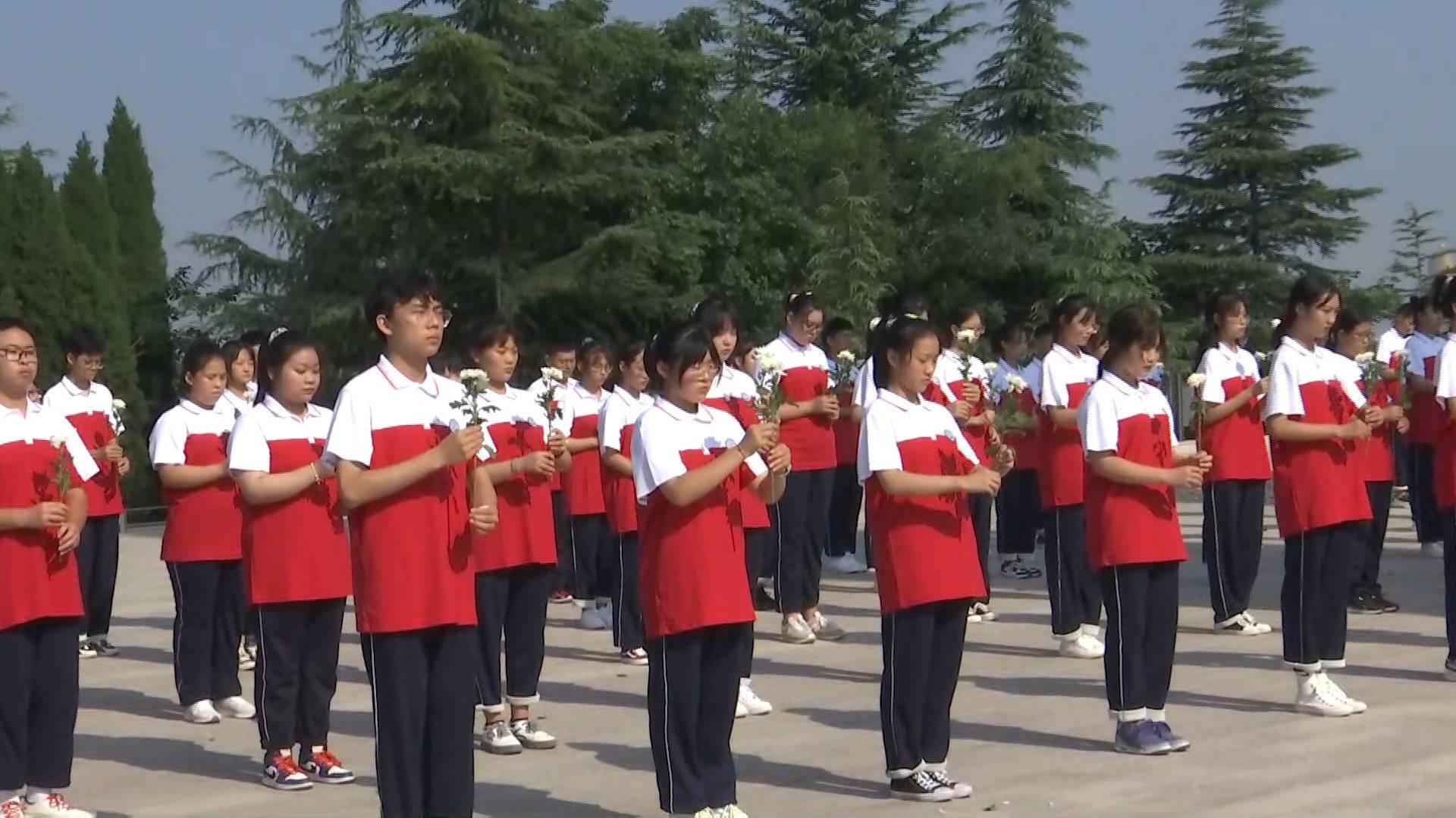 43秒丨枣庄75名高中生走进红色教育基地 向英烈敬献鲜花表达哀思