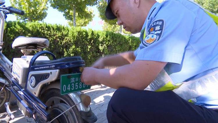 42秒丨滨州沾化交警开出未挂牌电动自行车首张罚单
