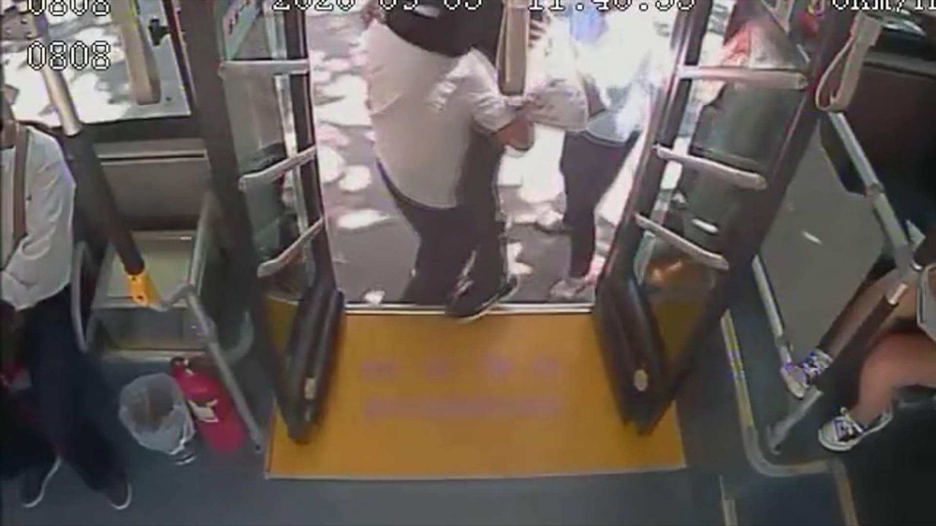 53秒丨主动把乘客抱下车!给济南这位公交驾驶员点个赞