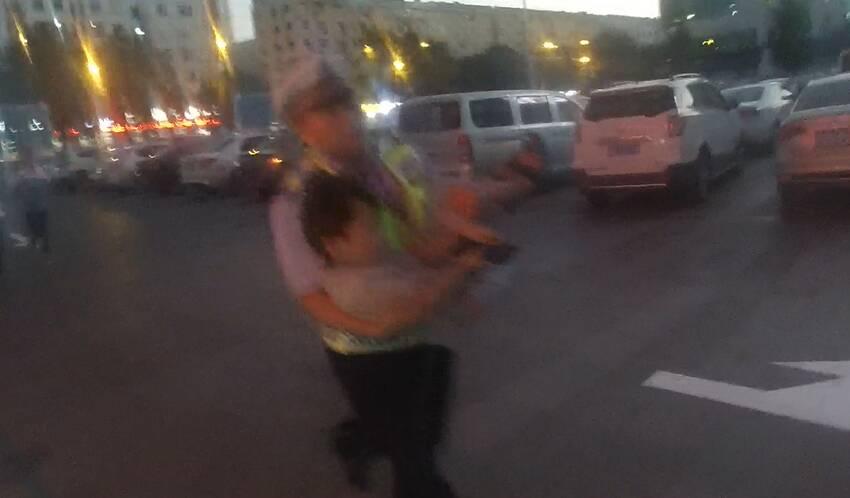"""53秒丨8分钟紧急救援!济宁北湖交警""""霸气""""开道救助受伤儿童"""