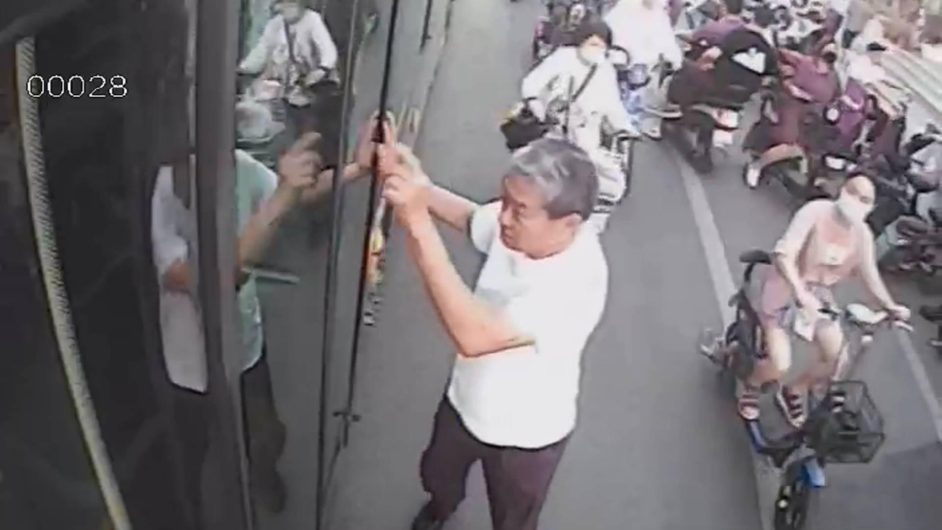 一商铺突然着火 济南公交司机拿灭火器冲入火场