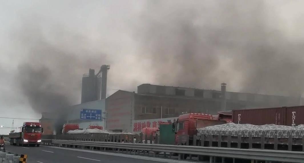17秒|济宁一企业起火 现场浓烟滚滚 无人员伤亡