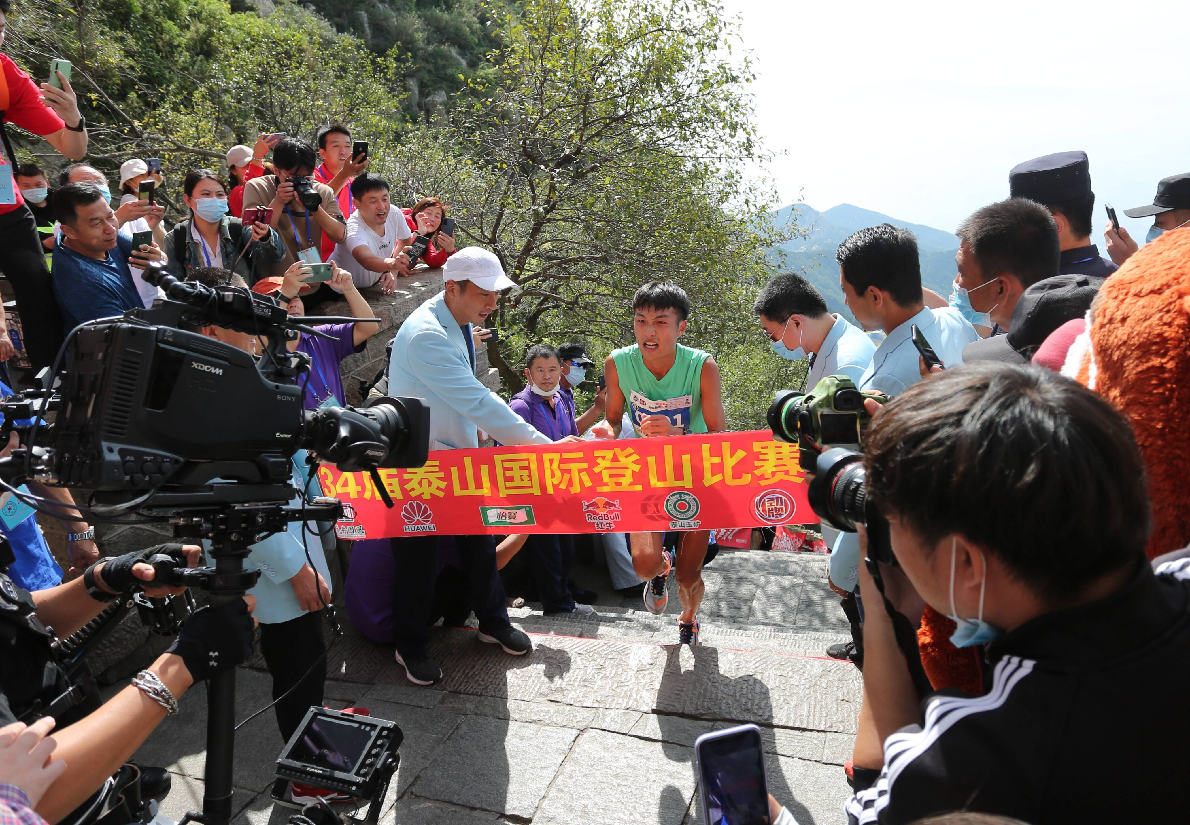1小时2分18秒!济南小伙儿获得第34届泰山国际登山节男子组冠军