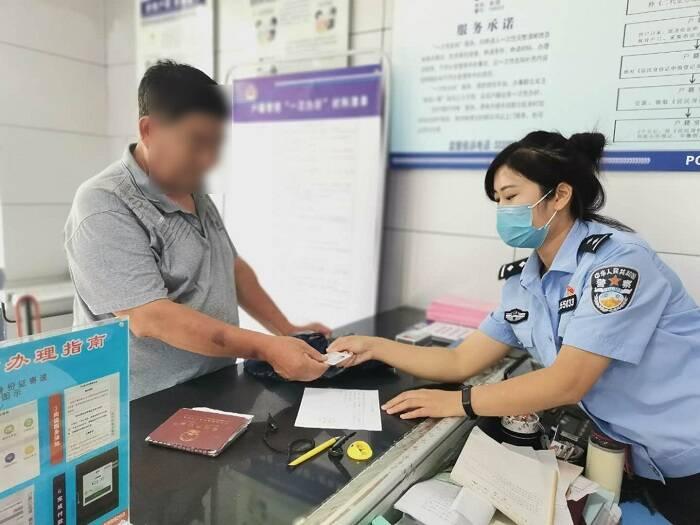 老伴去世没留下任何照片 菏泽民警将剪角身份证送老人留念