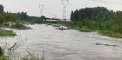 32秒 | 临沂三名少年落水 民警只身跳入水中紧急救援