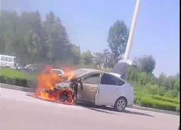 51秒丨路遇私家车自燃,德州4名公交司机联手灭火,喷光8罐灭火器